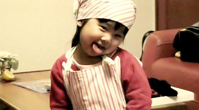 XiaoHua đeo chiếc tạp dề nấu ăn như đầu bếp thực thụ. Ảnh:Bldaily